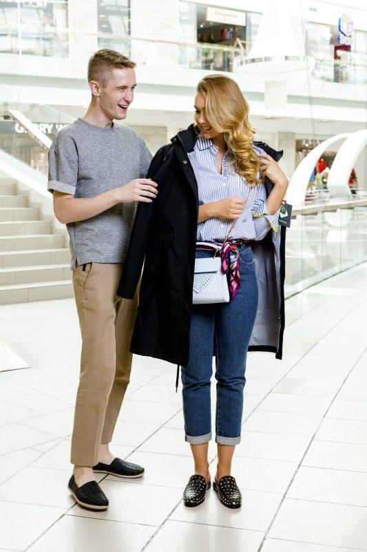 5 Joringio Šato stiliaus triukai: kaip darbo biure aprangą pritaikyti laisvalaikiui?