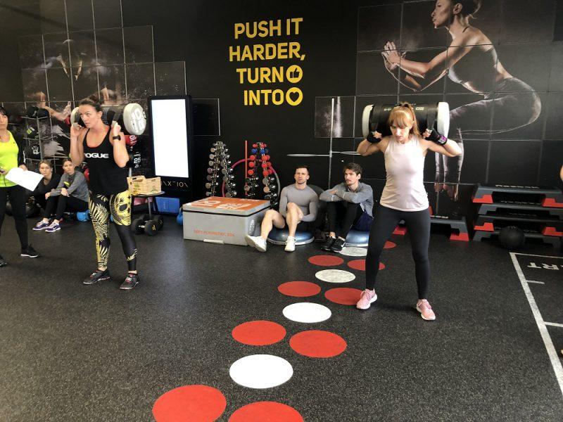 Ką sporto salėje veikia tie, kurie jau seniai gali pasigirti atletišku ir stipriu kūnu?