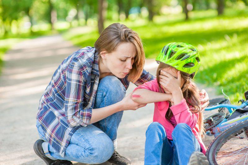 Vasara traumų patiriame daugiau: pagrindinės pirmosios pagalbos taisyklės