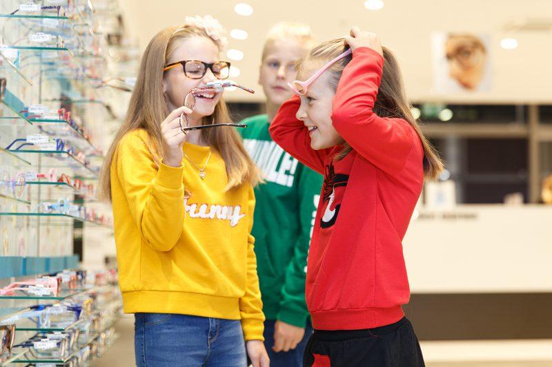 Ekspertė pataria: kaip tinkamai parinkti akinius vaikui ir kokių klaidų šiukštu nekartoti