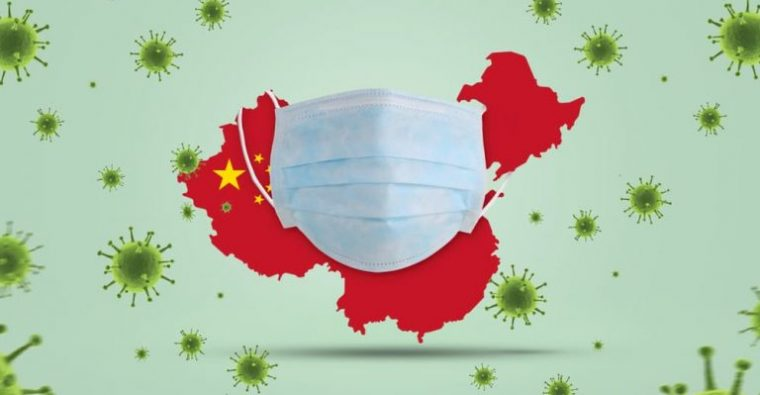 Kinijos vėliava apgaubta medicinine veido kauke žaliame fone.