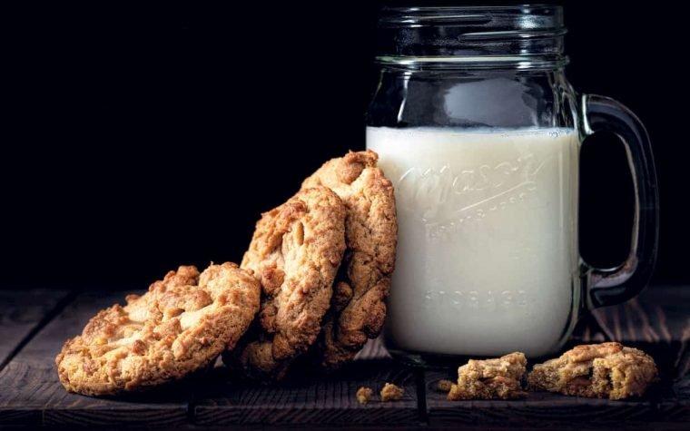 Šioje nuotraukoje pieno indelis ir sausainiai.