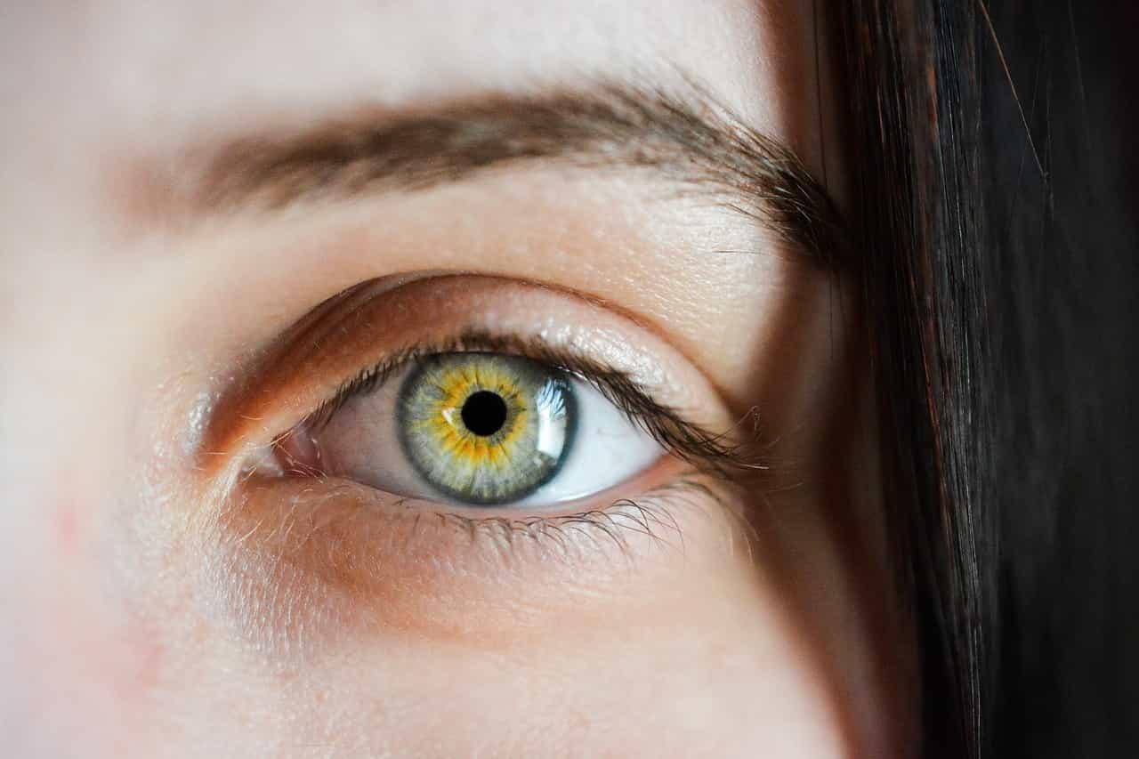 Moters akis nufotografuota iš labai arti.