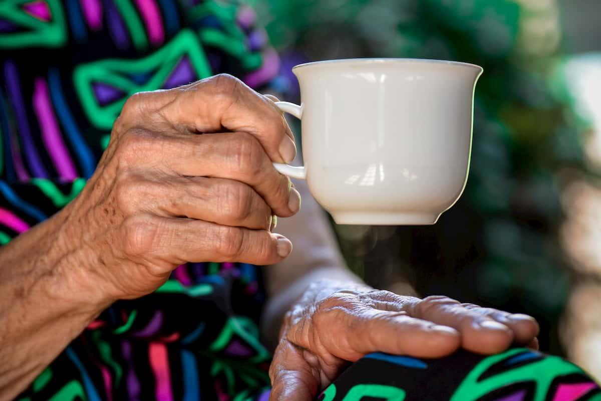 Arbata gerina kognityvines funkcijas vyresnio kaip 85 metų amžiaus žmonėms